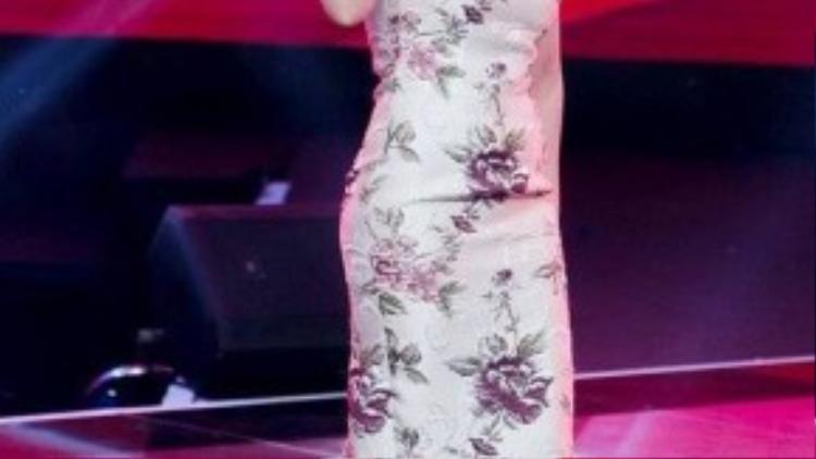 Một trong những bộ đồ nhận được nhiều ý kiến tích cực nhất từ khán giả là chiếc váy ôm eo màu nude in hoa với phần vai được thiết kế bồng lên. Giày màu nude, vòng ngọc trai, tóc tết cuốn tròn tỉ mỉ, Mỹ Tâm mang nét đẹp cổ điển, quý phái lên sân khấu GHV. Đến MC Phan Anh cũng phải ngỡ ngàng và buông lời khen nữ ca sĩ ngay trên sóng truyền hình trực tiếp.
