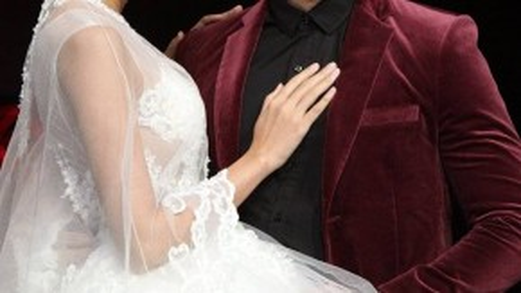 Người đẹp yêu kiều trong chiếc váy công chúa cùng mái tóc được điểm tô bằng vương miện, sánh đôi cạnh Trương Nam Thành.