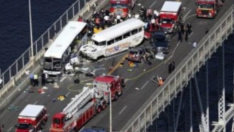 Một chiếc xe du lịch tông ngang vào chiếc xe bus chở học sinh trên cây cầu Aurora.