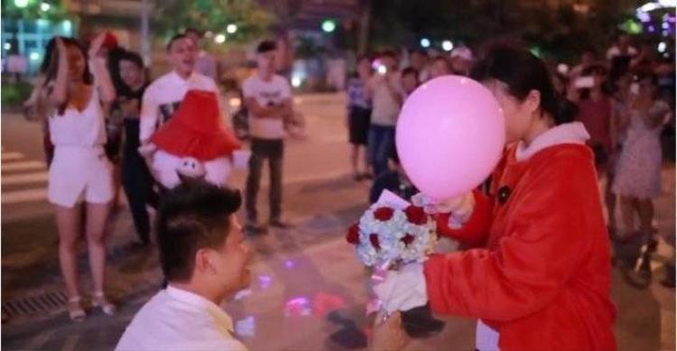 Xôn xao trước màn được cầu hôn của chàng trai hạnh phúc nhất năm