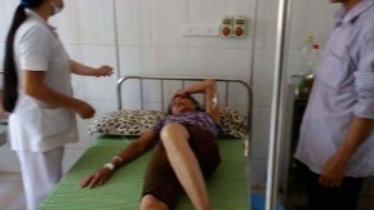 Bà Đường đang được điều trị tích cực tại Phòng khám Đa khoa Đức Lĩnh. Ảnh: Đ.H.