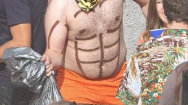 Ngoài Zac Efron, phim trườngcòn có sự xuất hiện của nam diễn viên hài nổi tiếng Seth Rogen cũng đóng vai chính trong phim. Trên người Seth được vẽ hình 6 múi ngộ nghĩnh. Cách đây không lâu, đoàn phim Neighbors 2: Sorority Rising ghi hình cảnh quay của khách mời gợi cảm Selena Gomez.