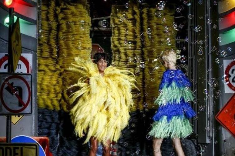 Bùng nhùng giẻ rửa xe trong show diễn Xuân Hè của Moschino