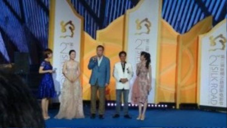 Đạo diễn Trần Khải Ca và vợ - nữ diễn viên Tràn Hồng (thứ hai từ trái sang).