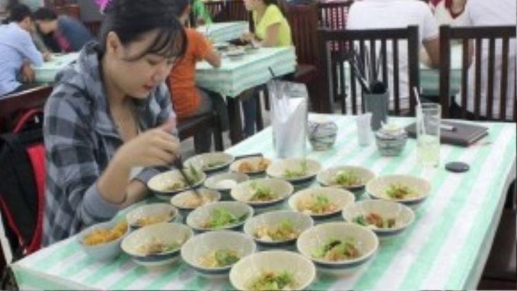 Nhà hàng bán 7 tô mì vị khác nhau bằng giá với một tô chỉ có một vị. Ảnh: Zen Nguyễn.