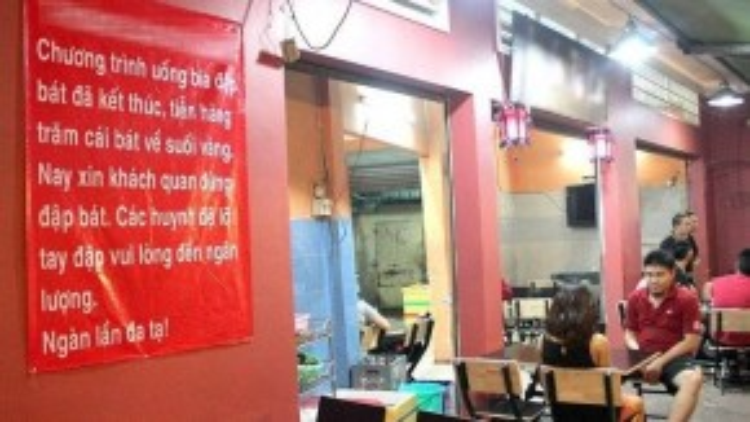 Nhiều ý kiến trái chiều về các hình thức quảng bá thương hiệu lạ đang được khá nhiều hàng quán áp dụng. Ảnh: Zen Nguyễn.