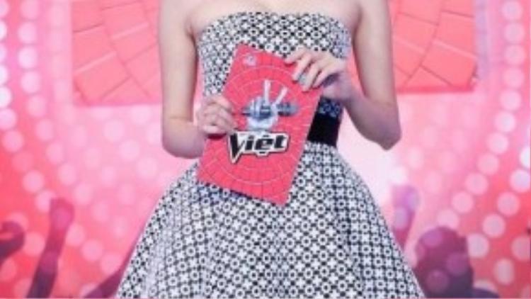 Trong liveshow đầu tiên của Giọng hát Việt, nữ MC gây ấn tượng với chiếc váy phồng họa tiết chấm bi trắng đen của nhà thiết kế Lý Quý Khánh. Phom dáng cổ điển nhưng không kém phần trẻ trung. Trông cô như một búp bê barbie xinh đẹp bước ra đời thường.