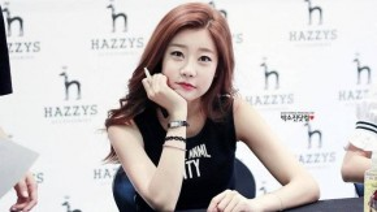 Thời điểm mới vào nghề, So Jin là huấn luyện giọng hát cho nhóm nam Ulala Session. Nữ ca sĩ sở hữu vẻ bầu bĩnh, đôi mắt một mí và nụ cười hồn nhiên khiến khó ai nhận ra tuổi thật.