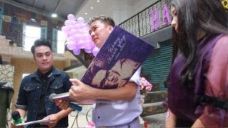 Đàm Vĩnh Hưng đã bật khóc khi nhận được cuốn sách ảnh được ghép từ những tấm hình anh khởi nghiệp cho đến tận bây giờ.