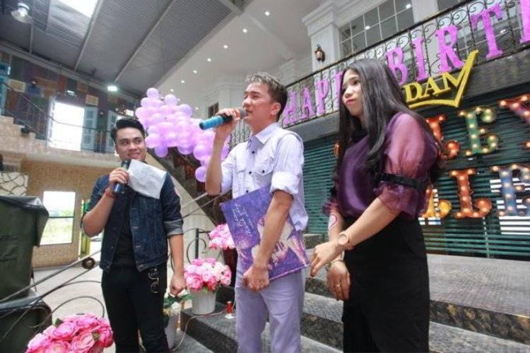 Mr.Đàm bật khóc nức nở trong buổi sinh nhật với fan Hà Nội