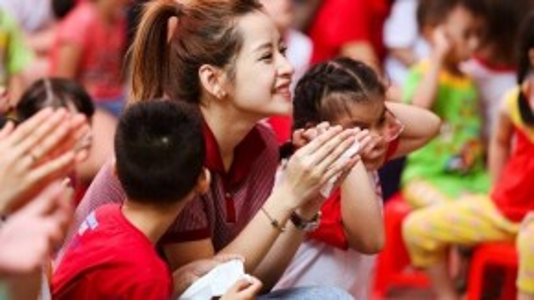 Ngoài những tiết mục văn nghệ do Chi Pu và fan club biểu diễn, thầy cô và các em nhỏ của Trung tâm cũng mang đến tiết mục kể chuyện sự tích cung trăng - chú Cuội - chị Hằng cùng nhiều màn biểu diễn sôi động.