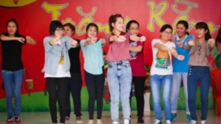 Trong phút ngẫu hứng, Chi Pu cùng mọi người có màn nhảy vui nhộn trên nền nhạc Gangnam Style với vũ điệu cồng chiêng sôi động.