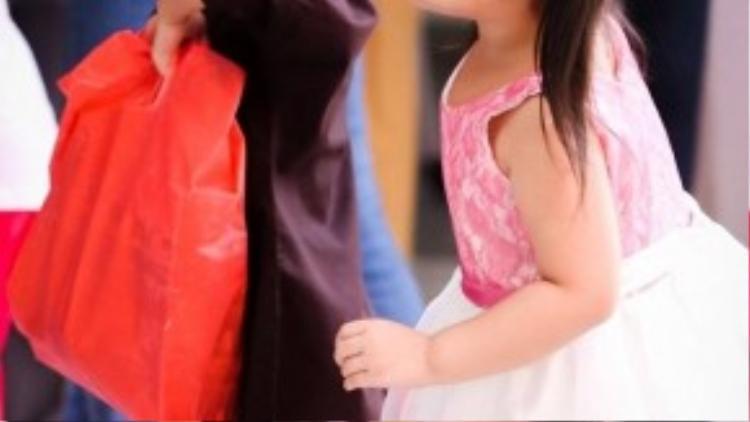 Sự thân thiện và dễ gần của Chi Pu khiến nhiều em nhỏ yêu mến. Nhiều em quấn lấy nữ diễn viên không rời suốt cả chương trình.