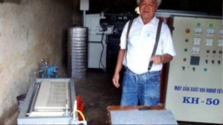 Ông Khánh giữa các loại máy điều chế hydro lớn nhỏ.