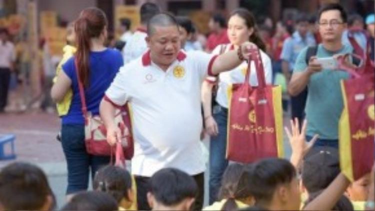 Ông Lê Phước Vũ tặng quà trung thu cho các em nhỏ tại mái ấm.