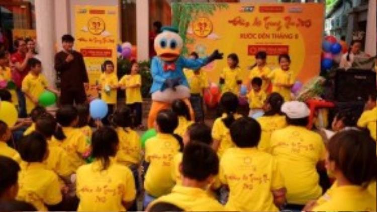 Các em nhỏ hào hứng với các trò chơi hoạt náo và những vũ điệu sôi động.