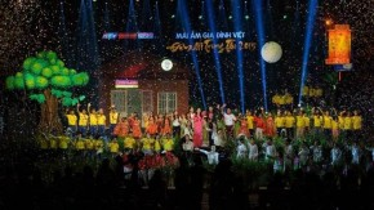 'Mái ấm gia đình' là ca khúc kết thúc chương trình với sự trình diễn của các văn nghệ sĩ và hơn 100 trẻ em có hoàn cảnh đặc biệt.
