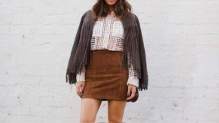 Mix chân váy da lộn + áo khoác tua rua.