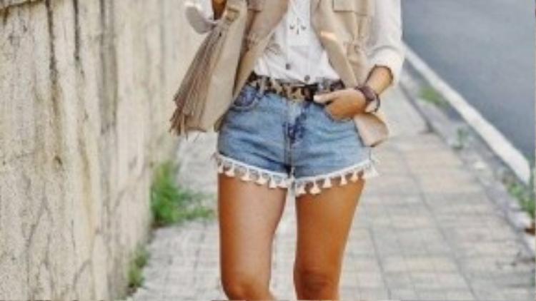 Quần short cùng mẫu áo khoác đồng màu giúp tạo điểm nhấn cho bộ trang phục dạo phố.