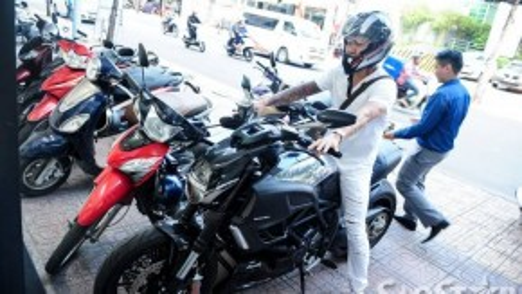 Huấn luyện viên đến điểm hẹn trước bằng chiếc Ducati Diavel Cromo cực ngầu. Đây là mẫu xe chính hãng được Tuấn Hưng tậu hồi tháng 11/2013 với giá 720 triệu đồng và luôn đồng hành với anh trong mọi sự kiện.