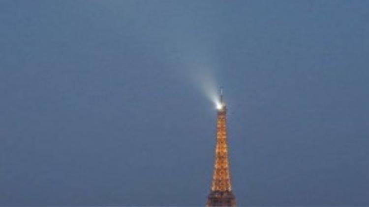 Trăng tròn tỏa sáng trên bầu trời thành phố Paris, Pháp.