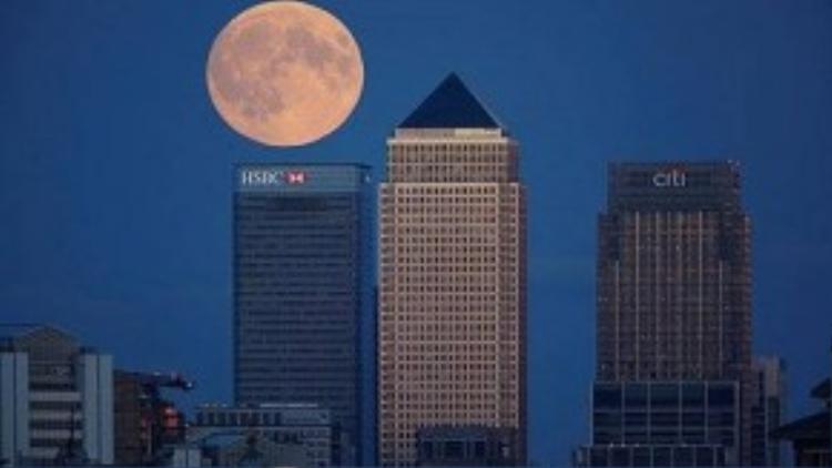 Mặt trăng sáng hơn 30% so với bình thường khi nó xuất hiện trên các tòa nhà cao tầng ở London đêm qua.