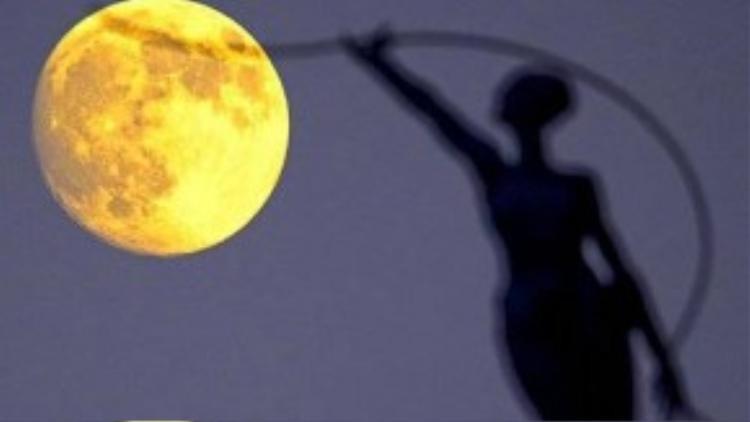 Mặt trăng sáng nhất trong năm nhìn từ thành phố Brussels, Bỉ.