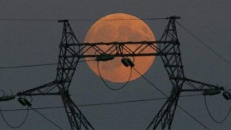 Mặt trăng khổng lồ xuất hiện trên đường điện cao thế ở Le Pallet, Pháp.