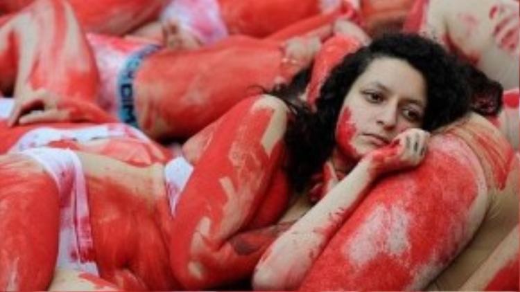 Những người biểu tình nằm la liệt trên đường để phản đối hành động ngược đãi và tiêu thụ thịt động vật.
