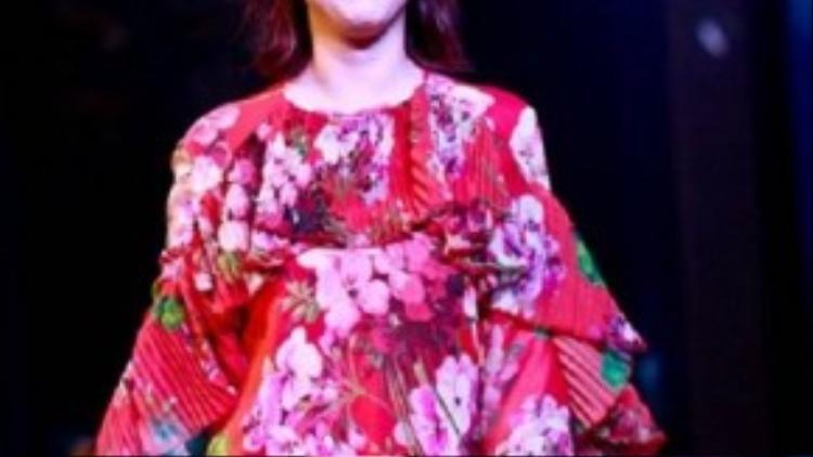 """Tại sự kiện thương mại hôm 26/9, Châu Hải My bị chê mặc lòe loẹt, kém sang. Trang phục cũng """"dìm"""" hết đường cong của cô."""