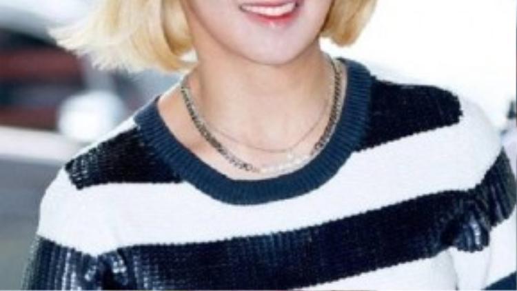 Hyoyeon (SNSD) trang điểm trắng bệch khi xuất hiện tại một buổi họp báo.
