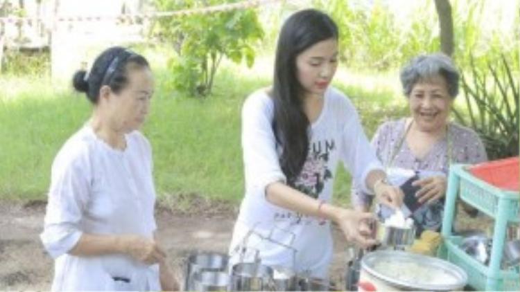 Làm từ thiện là một trong những niềm vui lớn nhất trong cuộc sống của Việt Trinh hiện nay. Bạn bè, đồng nghiệp của Việt Trinh cho biết cô làm từ thiện rất nhiều nhưng trong âm thầm nên ít người biết đến.