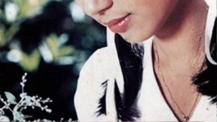 Sau khi chập chững vào nghề, Việt Trinh thật sự tỏa sáng với vai diễn Oanh qua bộ phim Ngọc trong đá (1991) của đạo diễn Trần Cảnh Đôn. Mặc dù chỉ đóng vai thứ chính nhưng sự yếu mến của khán giả dành cho Việt Trinh còn nhiều hơn vai chính Lý Thu Thảo.
