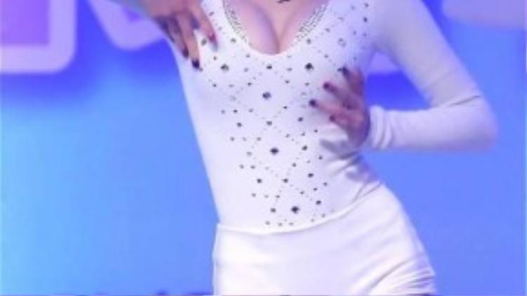 Nhóm Stellar từng gây tranh cãi vì vũ đạo khá gợi cảm cho ca khúc Marionette. Tuy nhiên đi kèm với chỉ trích là sự chú ý của người xem. Thành viên Min Hee trong một buổi trình diễn đã được người hâm mộ ghi fancam sau đó đăng tải lên trang Youtube vào tháng 3/2014.