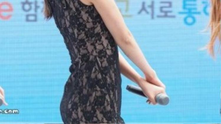 Trường hợp nhóm AOA cũng được biết đến nhờ phong cách gợi cảm gây tranh cãi. Tháng 6/2014, fancam quay lại cảnh thành viên Hye Jung trong lúc biểu diễn ca khúc Miniskirt gây sốt. Với thân hình đầy đặn, Hye Jung diện váy ngắn ôm sát làm nổi bật vòng 3.
