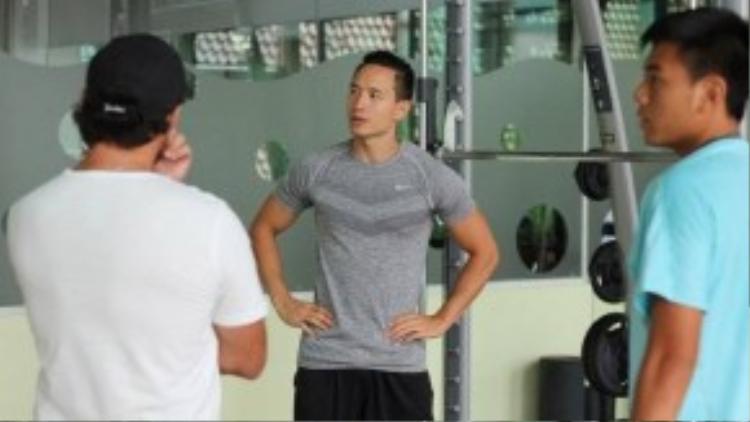 Kim Lý chia sẻ kinh nghiệm để rèn luyện thể lực cho tài năng số 1 quần vợt Việt Nam như chế độ ăn uống, ngủ nghỉ, tập luyện…