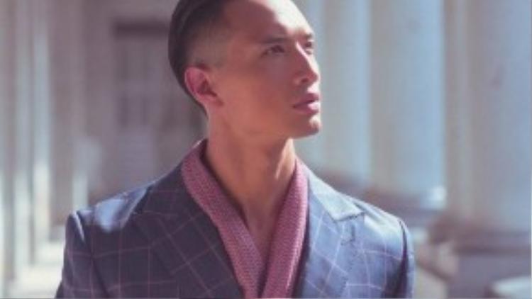 Với bộ ảnh đậm chất vintage này, Kim Lý cuốn hút bởi phong cách mạnh mẽ, lịch lãm.