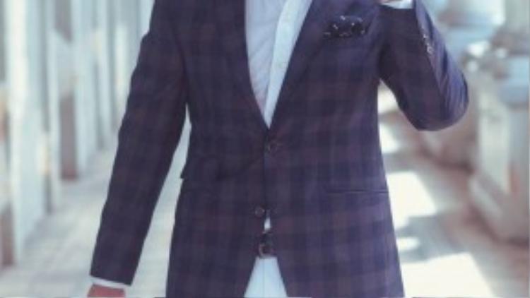 Kim Lý đẳng cấp với những bộ vest hoa văn caro, mắt cáo sang trọng bằng chất liêu vải Inizio cao cấp của Italia.
