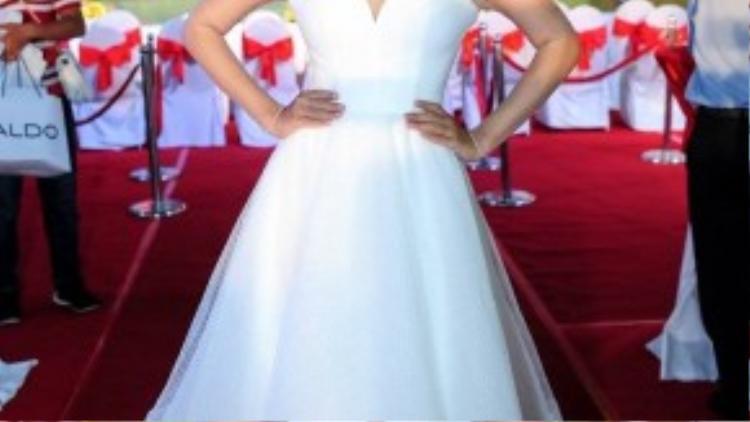 Ái Phương xinh đẹp trong chiếc đầm trắng thướt tha, nữ ca sĩ còn đảm nhận vai trò MC dẫn dắt chương trình.