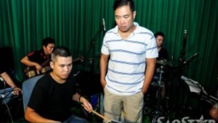 Nhạc sĩ Minh Vy luôn sát cánh bên Cẩm Ly, anh còn là trợ thủ đắc lực trong việc lựa chọn bài hát giúp các thí sinh nhí.