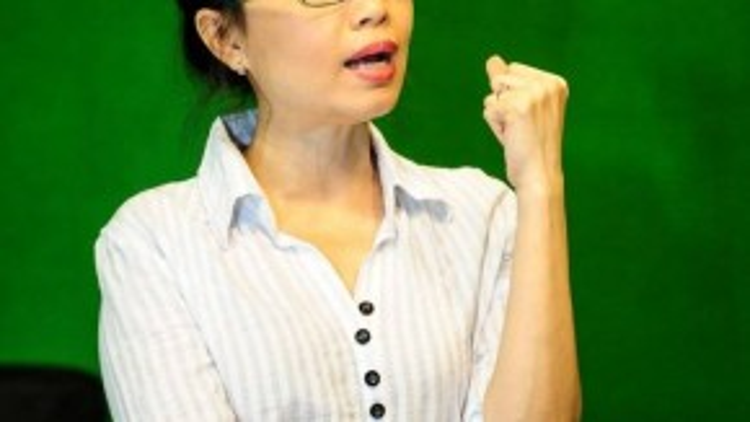 Nữ HLV luôn hát theo các thí sinh để phát hiện ra những lỗi sai và kịp thời chấn chỉnh.