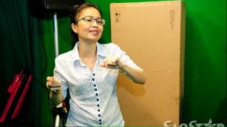 Ngoài việc hát, Cẩm Ly còn hướng dẫn các em cách nhún nhảy theo bài hát để tạo sự sôi động cho tiết mục của mình.
