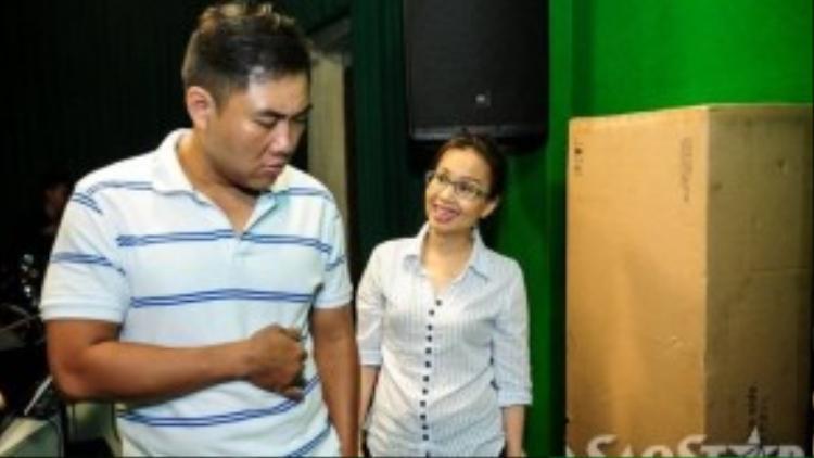 Nhạc sĩ Minh Vy cũng tham gia vào việc tập luyện cùng các thí sinh nhí.