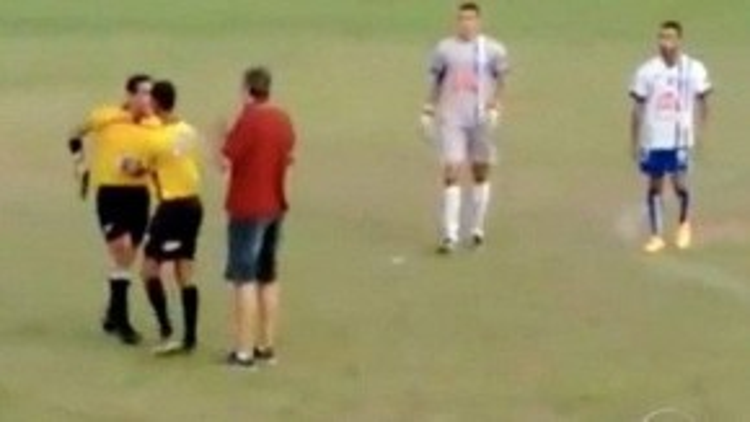 Trọng tài Murta đem súng vào sân đe dọa các cầu thủ.