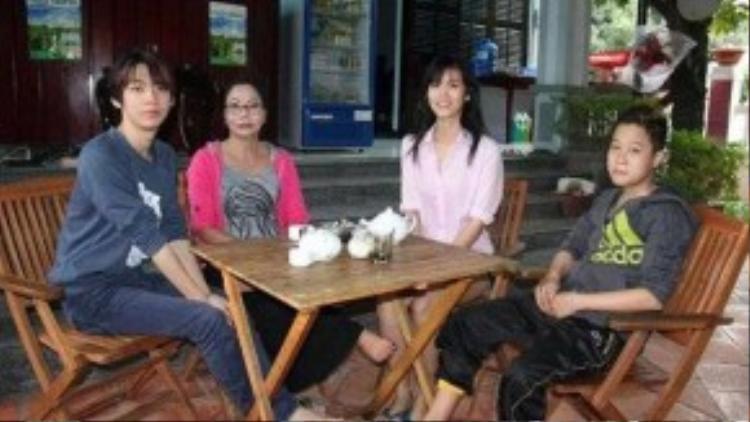 Bức ảnh hiếm hoi của chị Nguyệt cùng ba đứa con thuộc giới tính thứ ba.