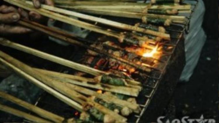 Quán mở đã lâu năm nên nhiều thực khách ở Hà Nội biết đến bởi món bún chả làm theo phong cách cổ truyền, bọc lá xương xông và kẹp vào que tre, nướng trên than hồng.