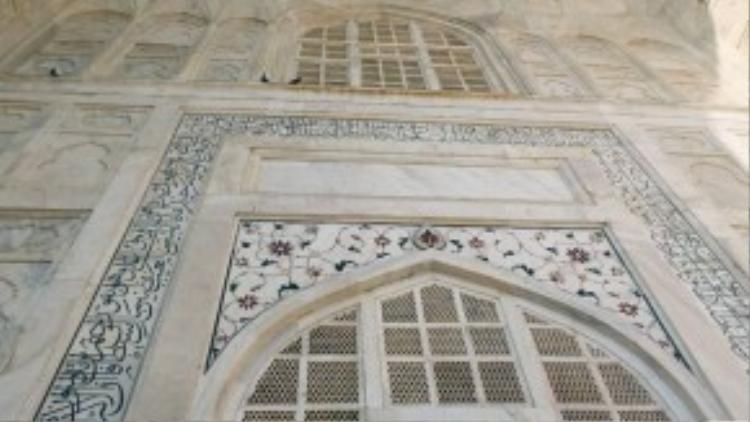 Taj Mahal được xây dựng bằng chất liệu đặc biệt là đá cẩm thạch trắng nên cung điện có thể đổi màu theo cường độ chiếu sáng của mặt trời. Tùy thuộc vào thời gian khác nhau mà lăng mộ lại có một màu sắc riêng. Chính điều này đã làm tăng thêm sự huyền bí của nơi này.