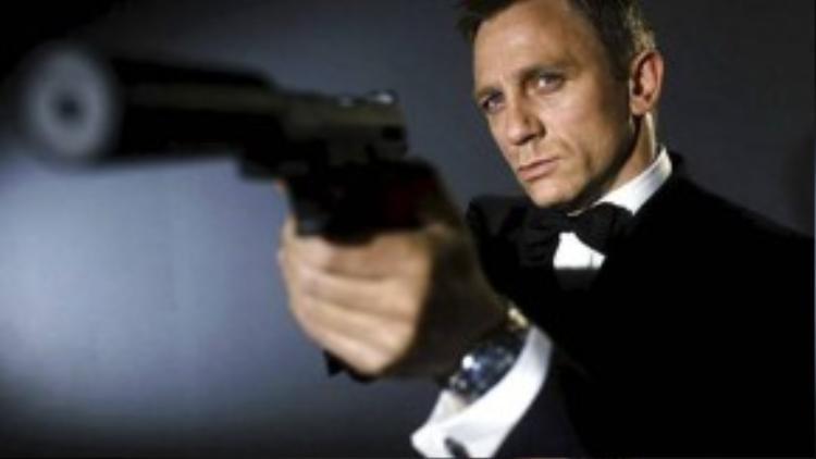 James Bond trong loạt 007: Hơn nửa thế kỷ kể từ ngày đầu bước chân lên màn bạc, James Bond/007 là hình tượng điệp viên hoàn hảo trong mắt nhiều người hâm mộ. Hành động vì chính nghĩa, anh luôn đơn độc thực hiện các nhiệm vụ khó khăn và rất hiếm khi cần đến sự trợ giúp của ai khác ngoài thực địa. Bên cạnh đó, James Bond thường xuyên thân mật với các người đẹp, nhưng anh cũng không để ai có cơ hội gần gũi mình quá lâu.