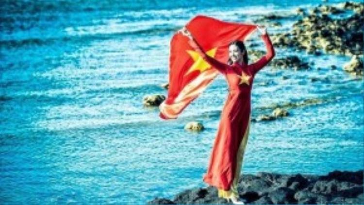 Trong trang phục áo dài truyền thống in hình cờ đỏ sao vàng, người đẹp thể hiện mạnh mẽ tình yêu nước và tình yêu biển đảo.