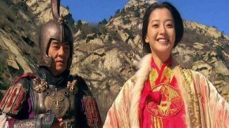 """Kim Hee Sun và Thành Long trong phim """"Thần thoại""""."""